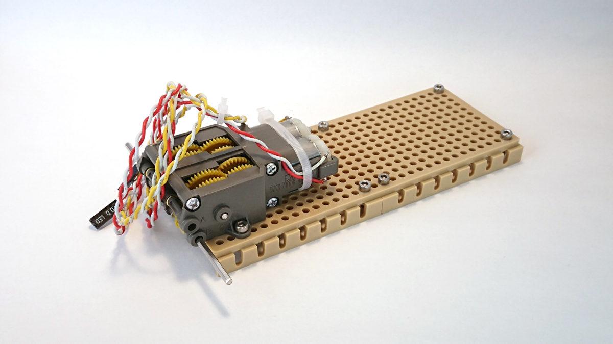 ユニバーサルプレートに固定したギヤーボックス